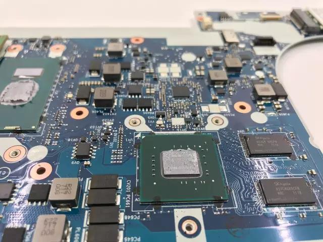 我们看到主板正面,cpu与gpu核心醒目,电容电阻规整地分布在主板上.